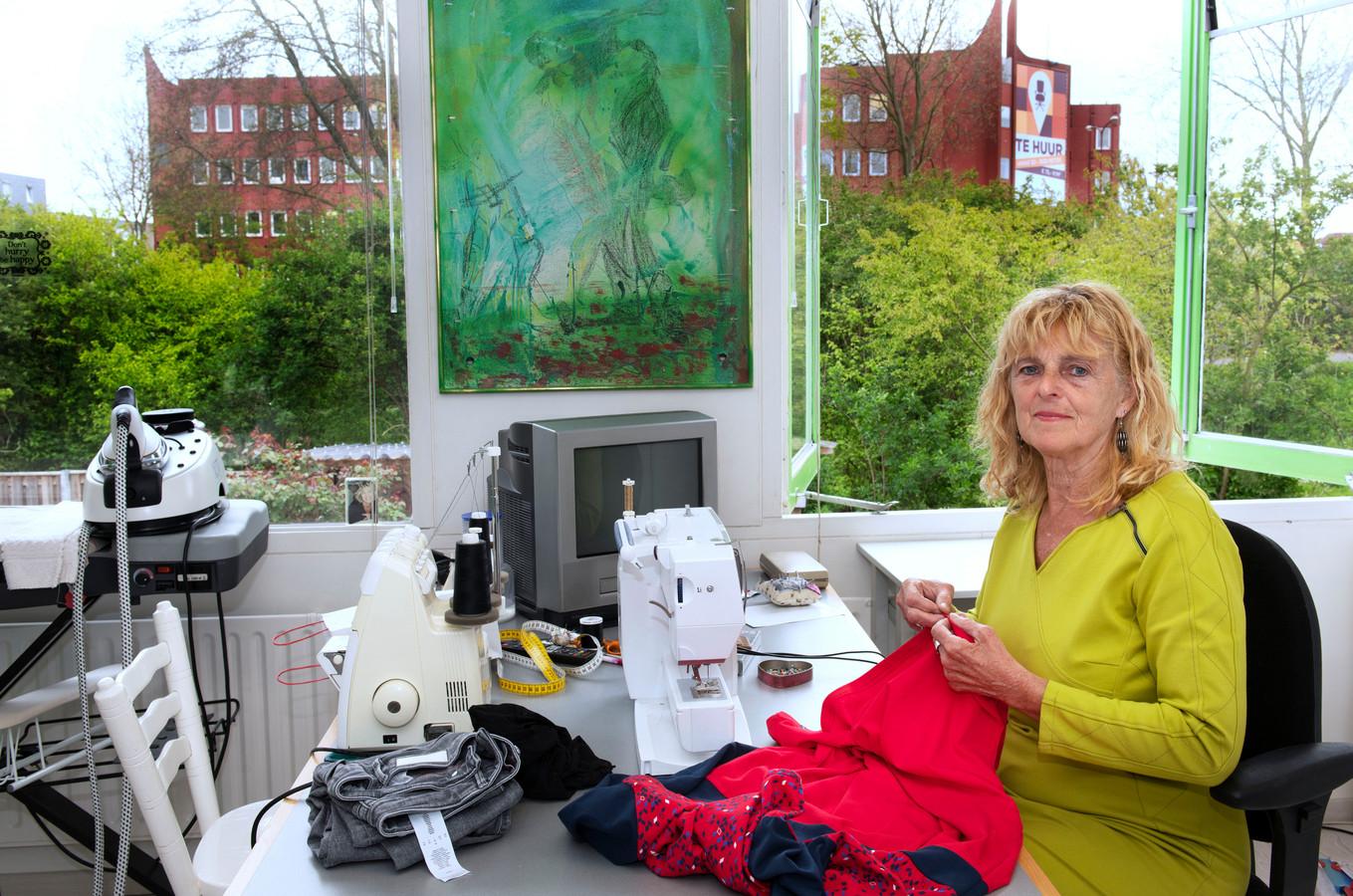Thea Feenstra in haar werkkamer, waar ze straks niet meer uitkijkt op Zuidstede maar op een woontoren van 70 meter hoog.