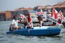 No Grandi Navi (Geen grote schepen) staat op de vlaggen.