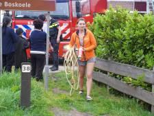 Buren schieten te hulp met tuinslang bij brand in Chinees restaurant in Gorssel