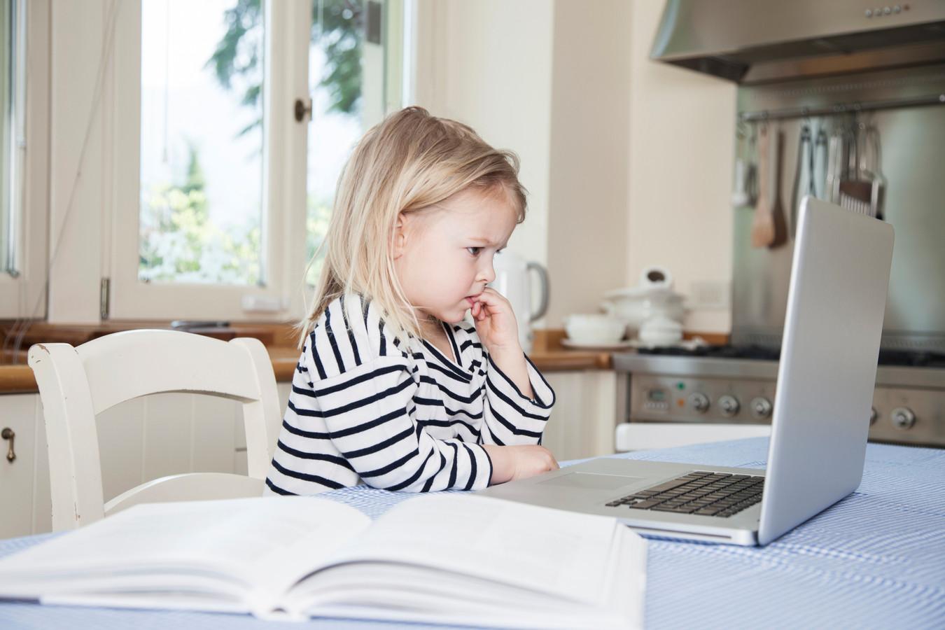 """En matière d'enseignement, """"dans le rapport Pisa 2015, aucune corrélation probante n'a pu être avérée entre l'utilisation du numérique et l'amélioration des résultats des élèves"""", pointe l'ASBL Justice et Paix. Deux pédopsychiatres ont aussi alerté en 2017 sur les troubles de comportement chez les enfants intensément exposés aux outils connectés, sans oublier la cyberdépendance."""