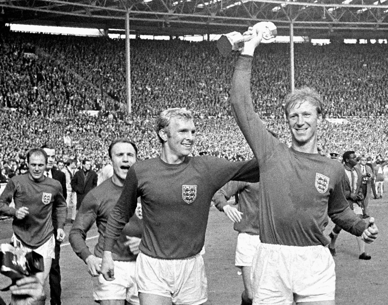Charlton met de WK-trofee in de hand.Hij maakte deel uit van de legendarische Engelse ploeg die in de WK-finale van 1966 met 4-2 won van West-Duitsland. Beeld AP