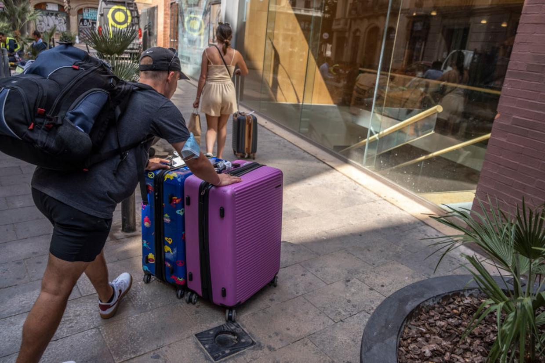 Een toerist in Barcelona, waar de coronabesmettingen pieken  Beeld SOPA Images/LightRocket via Gett