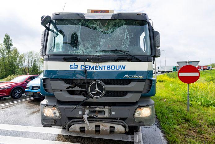 Ongeluk met vrachtwagen en meerdere auto's op afrit naar A59 bij Raamsdonksveer.