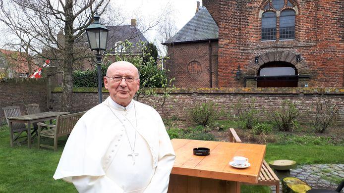 Abt Denis Hendrickx voor de kerk in Bokhoven