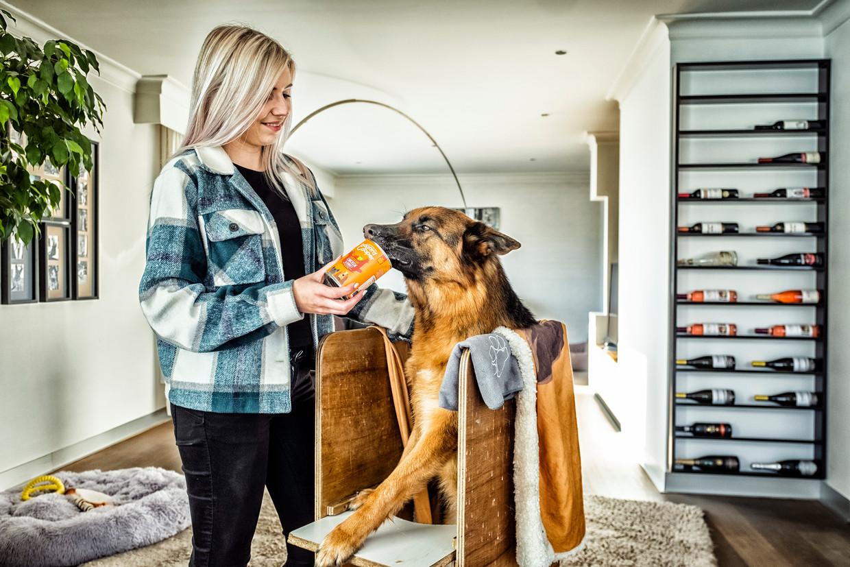 Alicia Motmans en haar hond Ash, beter bekend als 'Ash the German Shepherd' op Instagram. Beeld Tim Dirven