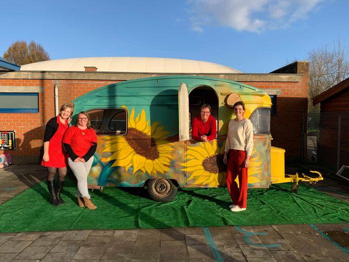 Basisschool De Groene Planeet - Rode Neuzen - Team zonnebloem project van links naar rechts: Directrice Hilde De Marie, Kleuterjuf Kelly De Vlieger, zorgjuf Danielle Crol  en juf Sofie Vanden Broeck