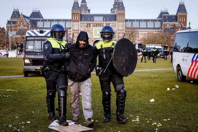 De politie grijpt in en verdrijft demonstranten van het Museumplein in Amsterdam. Beeld ANP
