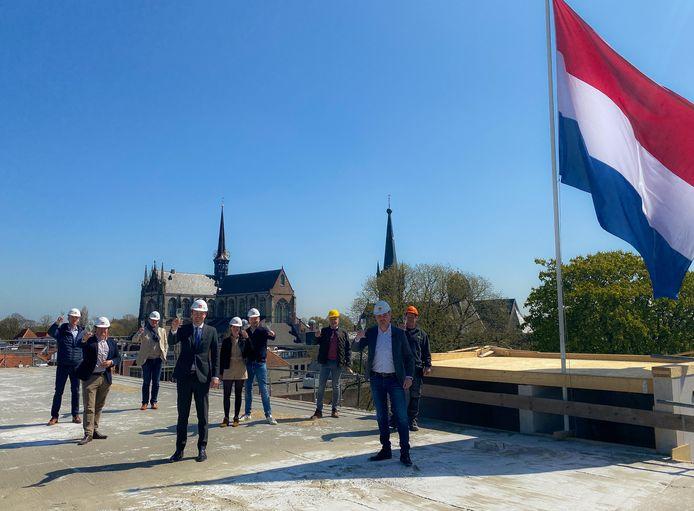 Wethouder Joost de Goffau vierde vrijdag met projectteam van Katoen City Lofts een feestje op het dak van het pand.