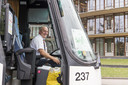 """Chauffeur Geert Meulenveld van de Betuwe Express rijdt sinds mei op de bus. """"Het initiatief is hartstikke mooi."""""""