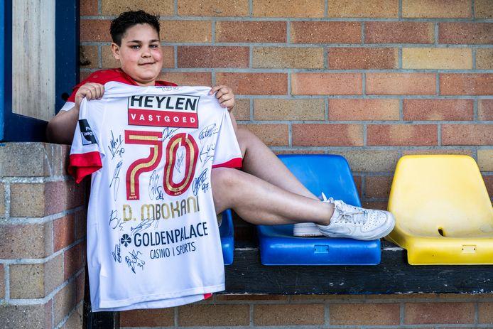 Het pronkstuk van de te veilen shirt volgens Vic: een shirt van Mbokani van RAFC Antwerp, gesigneerd door de spelers van de club.