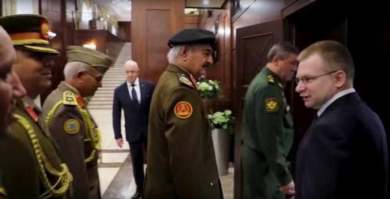 Prigozjin te zien achter de Libische krijgsheer Khalifa Haftar (met snor). Beeld Libische leger