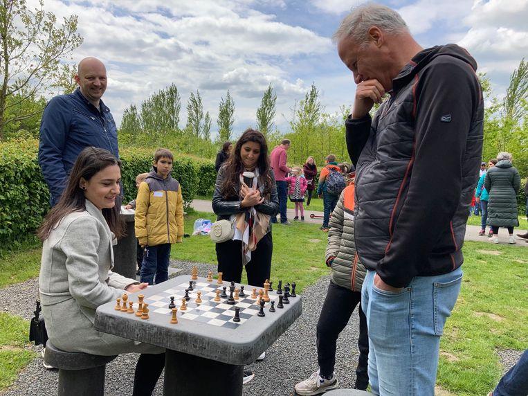 Internationaal beroepsschaker Nargiz Umudova (32) maakt het deelnemer Michiel (52) niet makkelijk bij de schaaktafels in het Máximapark in Utrecht.  Beeld