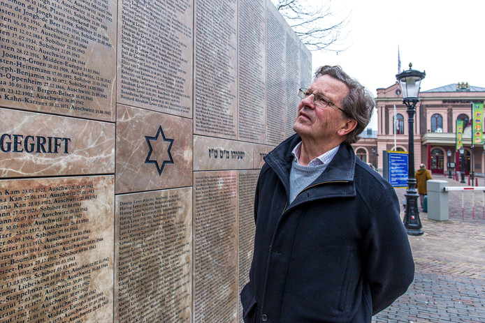 Wim Rietkerk, voorzitter Joods Monument Utrecht, bij het monument.