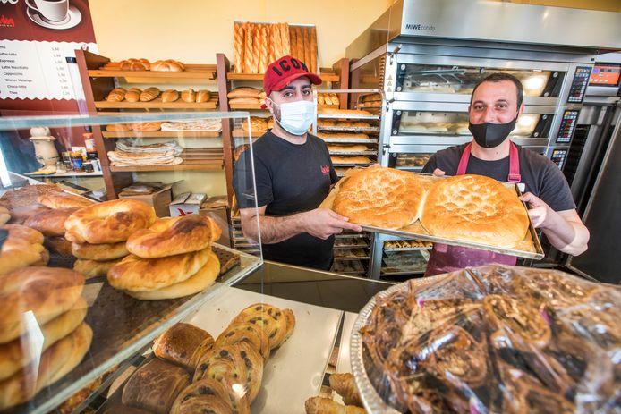 Bakkerij Karadag aan het Oosterheemplein bakt tijdens de ramadan speciaal ramadanbrood met extra eieren. Medewerkers Aga en Erol laten het brood zien tussen de andere lekkernijen.
