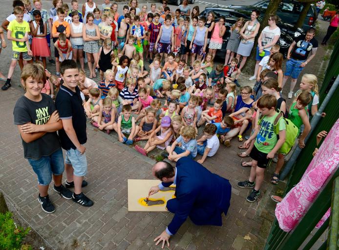 Giel Hesselmans, Kas van den Borne kijken hoe burgemeester Palmen de laatste voetjes schildert.