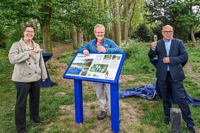 Champagne bij de opening van de Waterwandelroute. V.l.n.r. wethouder Inge Raaijmakers, initiatiefnemer Herman Stikkel en tekstschrijver Joss Hopstaken.
