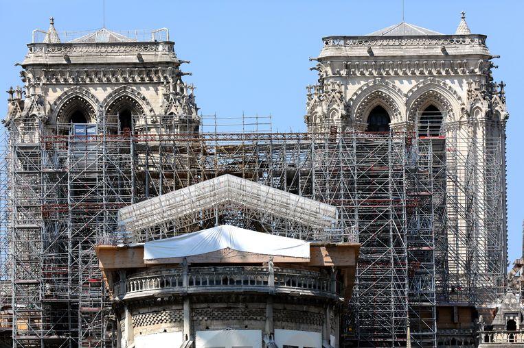 De Notre-Dame in Parijs. Ruim een jaar geleden verwoestte een brand een deel van de beroemde kathedraal. Beeld Photo News