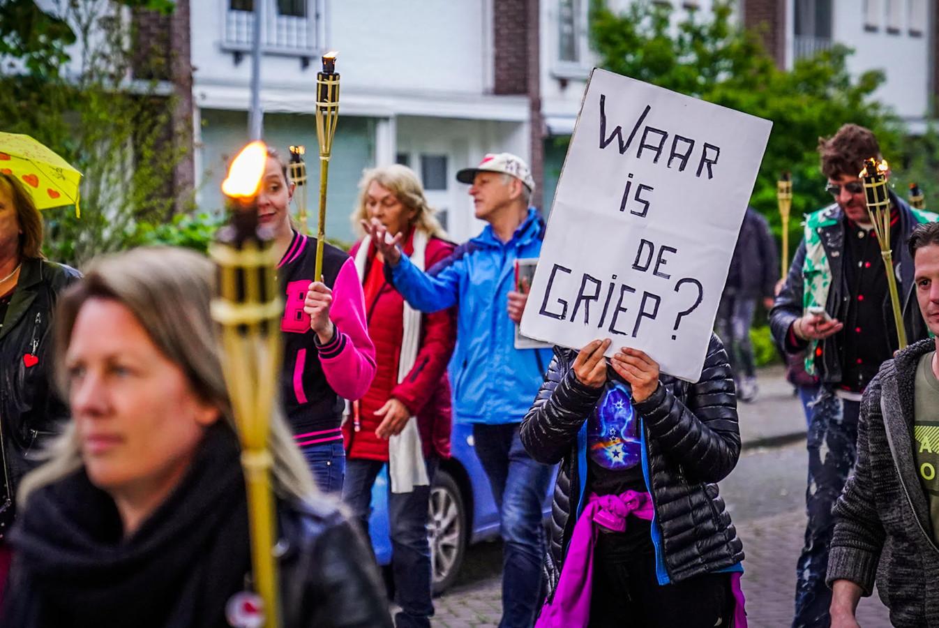 De demonstranten dragen spandoeken met zich mee.