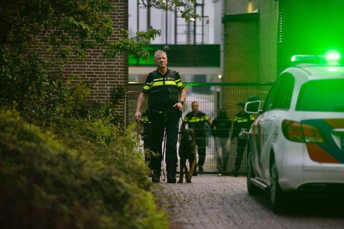 Agenten hebben met behulp van een heli en politiehond een verdachte van een inbraak aangehouden op sportpark Valkenhuizen in Arnhem.