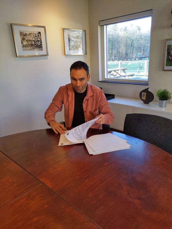 Thijs Hendriks ondertekent zijn contractverlening bij Brakkenstein