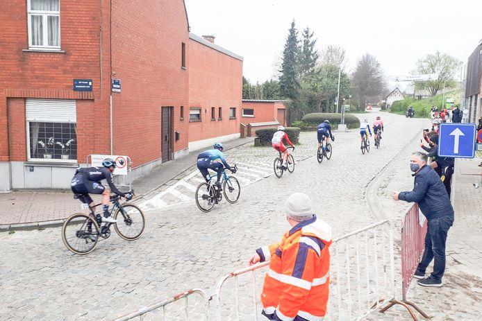 De renners rijden de Paddestraat in.