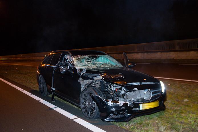 Bestuurder auto gewond na botsing met vrachtwagen in Tilburg.