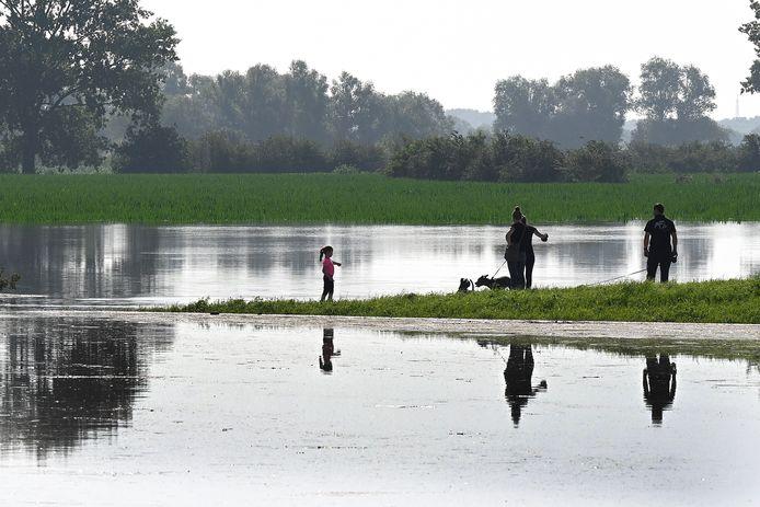 Hoogwater, zoals hier bij Boxmeer, kan mooi zijn. Voor sommige mensen was de overlast minder mooi. Zij moesten hele dijken om hun huis aanleggen.
