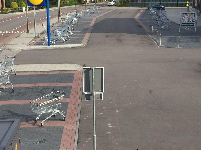 De parkeerplaats van de Lidl aan de Schurinkstraat in Ommen bood vanmorgen een bijzondere aanblik: alle winkelwagentjes waren in de nachtelijke uren stilletjes geparkeerd in de verschillende parkeervakken.
