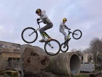 """Egem krijgt BMX- en trialparcours, tot groot plezier van Terence (13) en Kenzo (16): """"Trialfiets voor eerste communie gekregen"""""""
