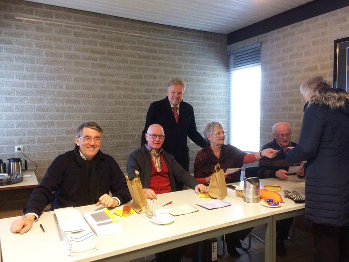 Burgemeester Mark Buijs van Boxtel deelde vanmorgen worstenbroodjes uit op de stembureaus in zijn gemeente.