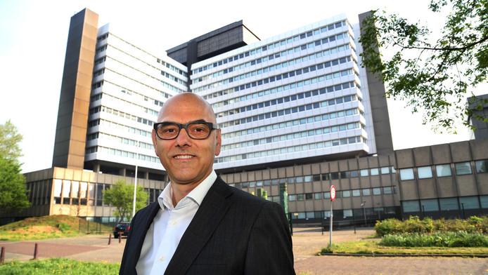 Projectontwikkelaar Chris Schouten voor het voormalig CBS-kantoor in Voorburg. Het staat leeg sinds het CBS in 2008 naar Den Haag-Leidschenveen vertrok.