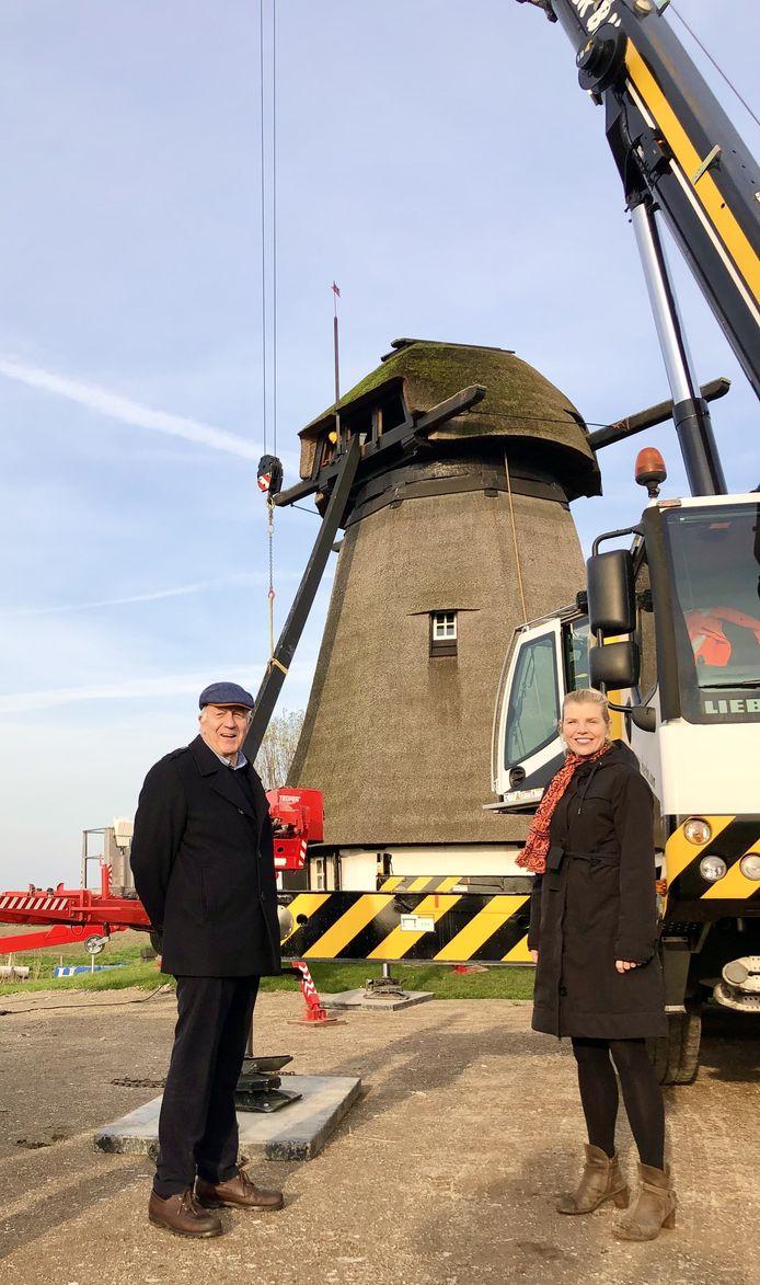 Voorzitter Molenstichting Bastiaan Snoek en wethouder Paula Jorritsma bij de molen.