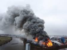 Vlammen van tientallen meters hoog en een enorme rookwolk boven Den Bosch, hulp met blusboot vanuit Tiel