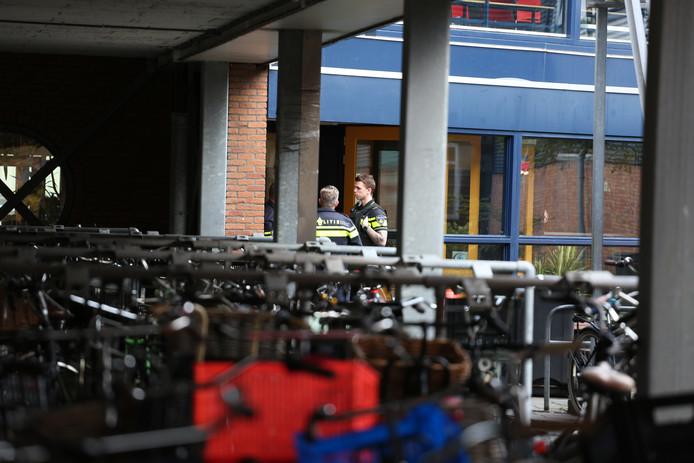 Een stevige politiemacht reageerde op de dreiging bij het Floracollege