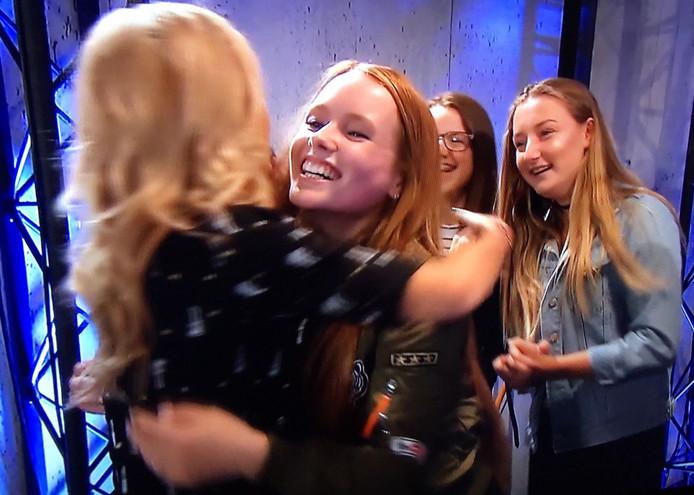 Isabel Provoost knuffelt Wendy van Dijk nadat ze Modern World voor de jury heeft gezongen.