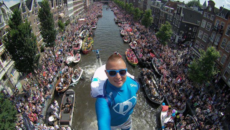 Flyboarder Bo Krook tijdens de Canal Pride van afgelopen jaar. Beeld Bo Krook