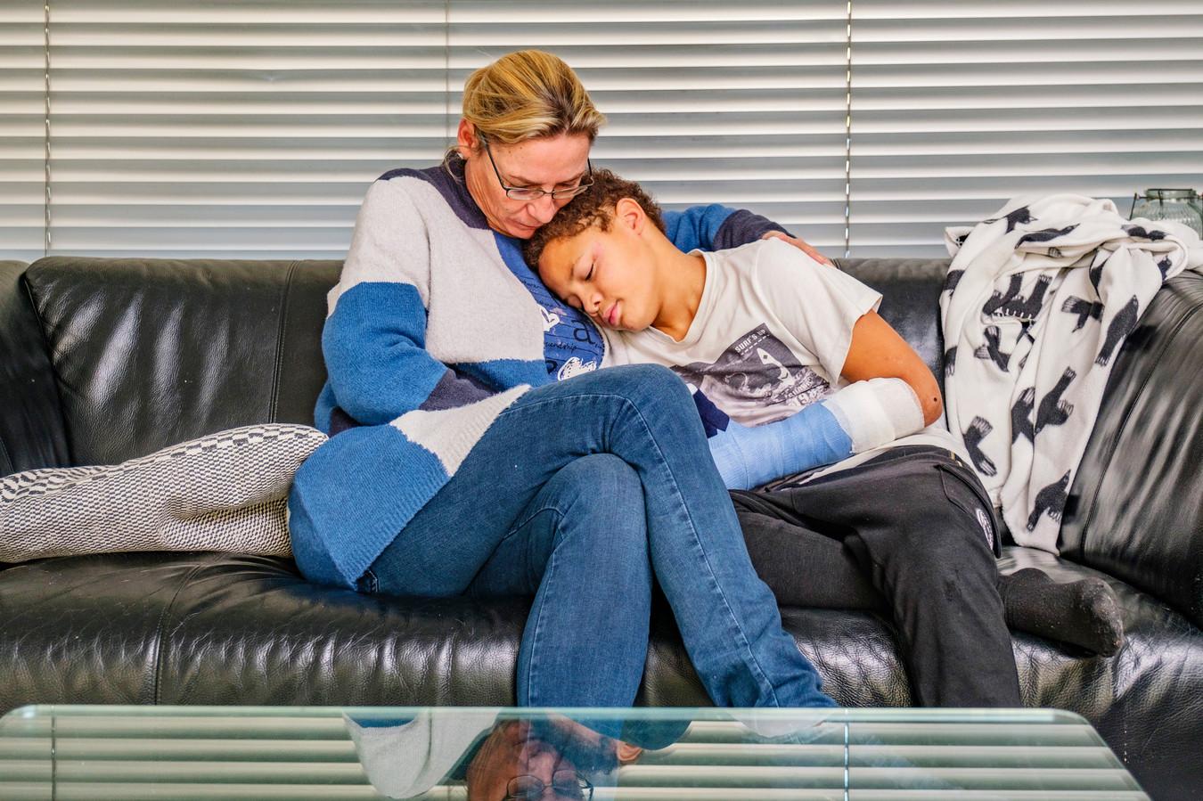Tristan (11) heeft blijvend letsel nadat er illegaal en op een speelveld achtergebleven cobra in zijn hand ontplofte.  Op de foto met moeder Pascale Groeneveld.