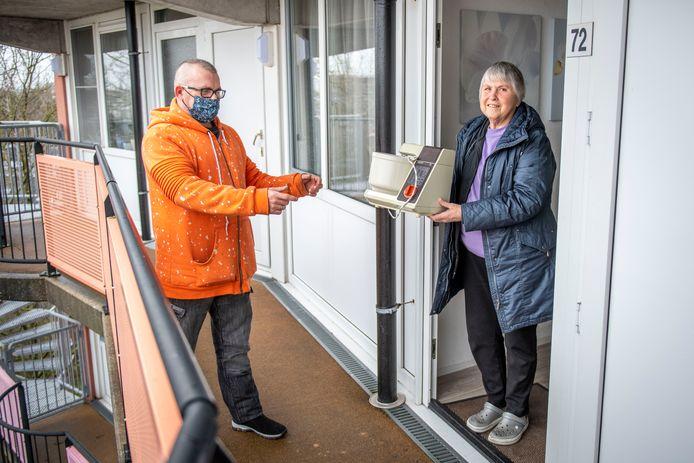 Repair Café Middelburg komt nu tijdelijk ook bij mensen aan de deur. Peter Zeitzen haalt de defecte keukenmachine van mevrouw De Graag op.