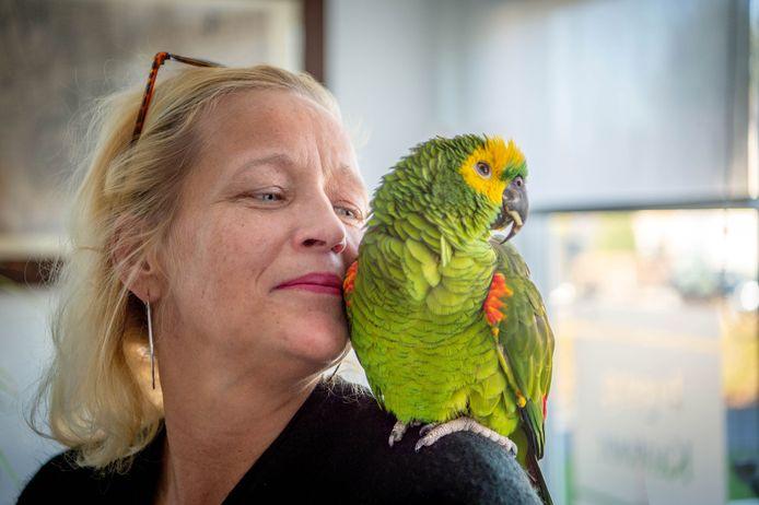 Emotioneel weerzien na bijna vijf dagen: Mientje de Jong en haar papegaai Chico.