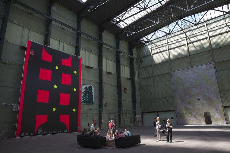 In de zomer van 2013 transformeren de drie schilders Klaas Kloosterboer, Chris Martin en Jim Shaw de Onderzeebootloods te Rotterdam in een gigantisch kunstatelier. Beeld Arie Kievit