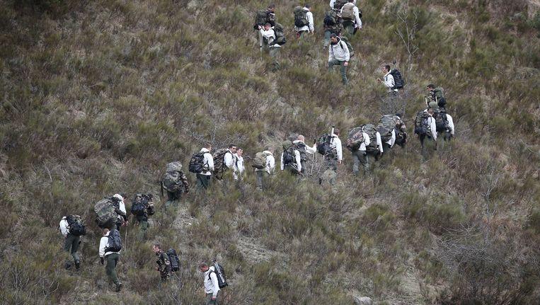 Franse reddingswerkers onderweg naar het neergestorte vliegtuig. Beeld