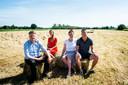Jan Blankespoor (l), Mathilda Groeneveld, Gradi van Ittersum en Wilco Hekkert in een weiland nabij de Bekendijk. Begin dit jaar hoorden ze opeens dat een grote projectontwikkelaar een zonnepark wilde bouwen in dit gebied.