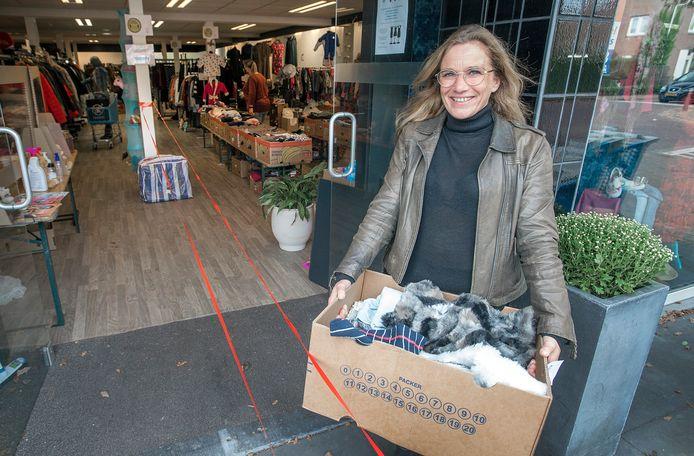 Simone Verhoeven van Quiet Hilvarenbeek voor de ingang bij de kledingbeurs.