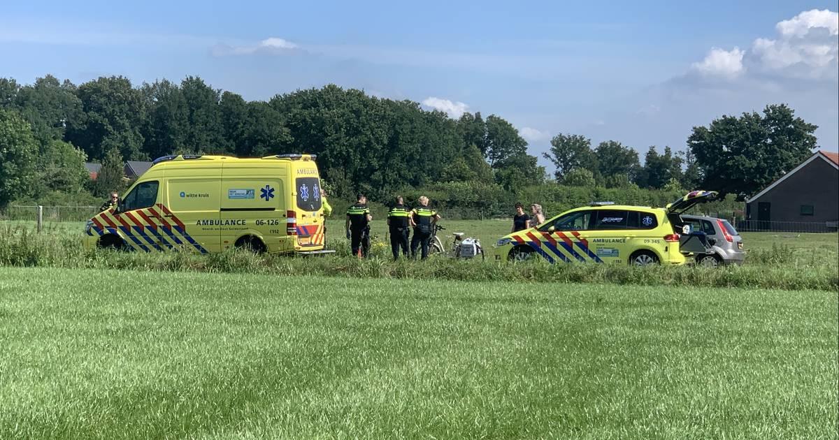 Ernstig ongeluk in Renswoude: twee fietsers gewond, traumaheli landt in weiland.