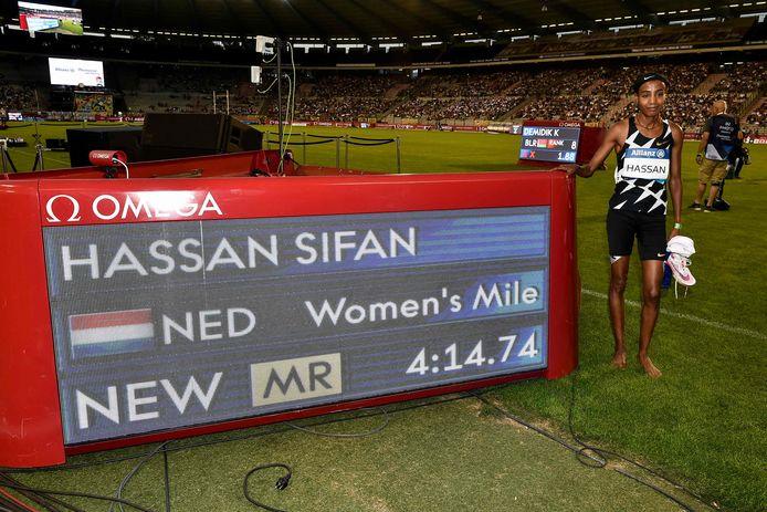 Sifan Hassan met haar meetingrecord op de Mijl.