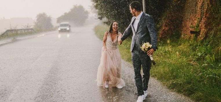 Maud huilt van geluk terwijl het regent op het huwelijk van Suus en Dave