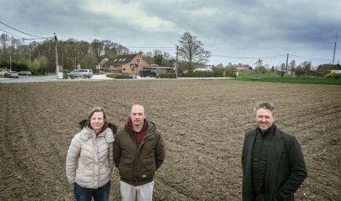 De grondwerken zijn al achter de rug en begin volgende maand begint de aanplant van de druivenranken. V.l.n.r.: Stefanie Vandenabeele, Jan Six en Ward Six.
