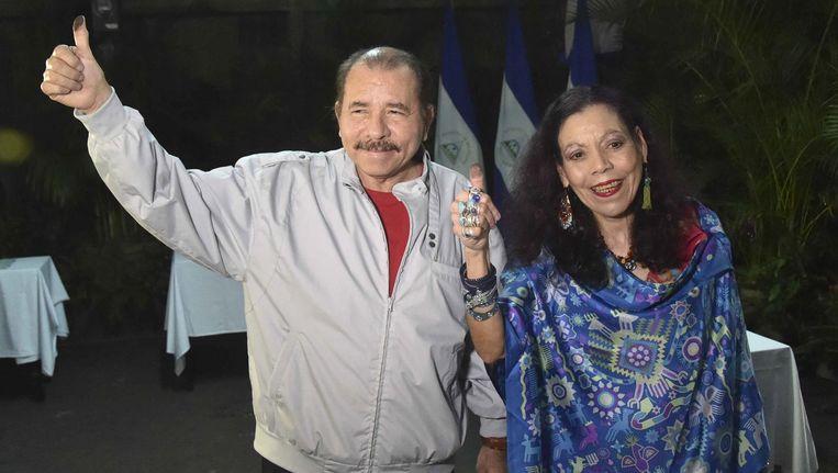 President Daniel Ortega met zijn vrouw Rosario Murillo gisteren bij een stembureau in Managua, Nicaragua. Beeld epa