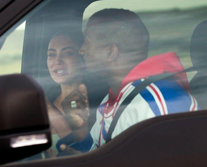 Na de presidentsrally van Kanye West wordt Kim in tranen in z'n auto gefotografeerd.