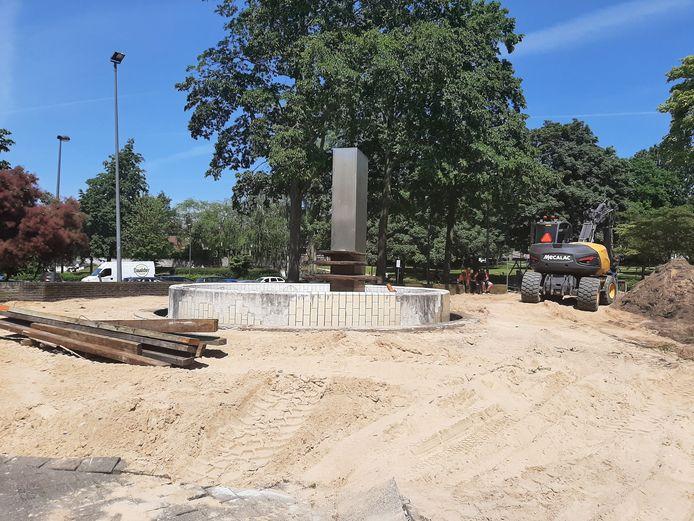 De fontein van Hedda Buijs, vandaag zijn de sloopwerkzaamheden begonnen.
